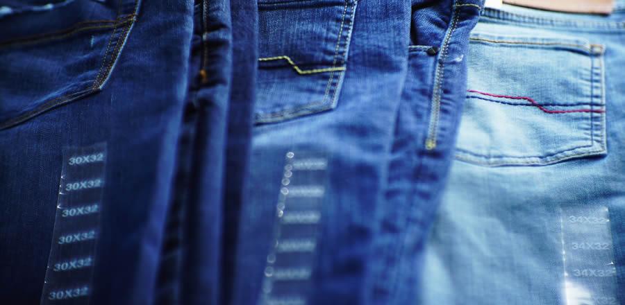 calças jeans na máquina