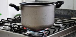 Por que o fogão deixa panela preta? Veja causas